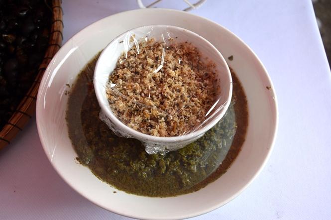 Trứng kiến và lá bún muối chua