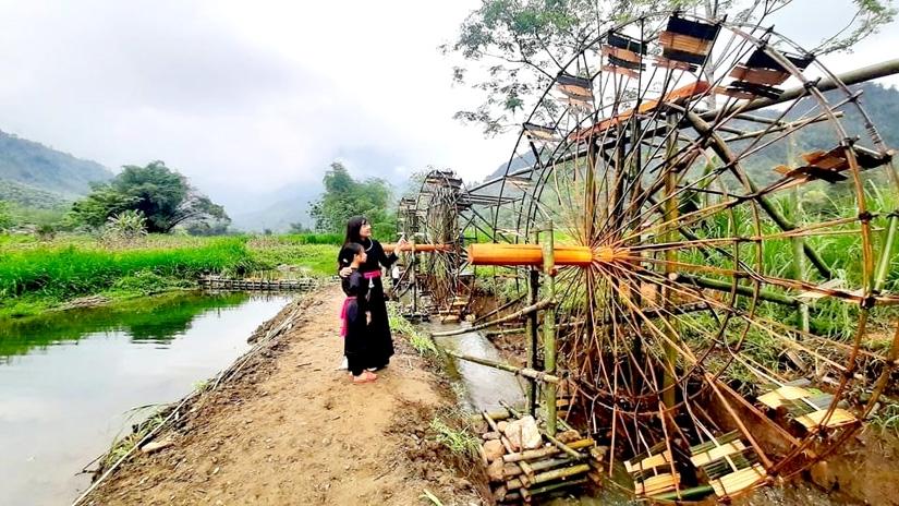 Du khách tham quan cọn nước ở xã Lăng Can, Lâm Bình