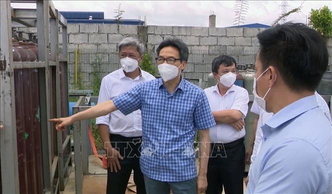 Phó Thủ tướng Vũ Đức Đam làm việc tại Công ty Cổ phần Khí đặc biệt Việt Nga (Khu công nghiệp Việt Nam - Singapore 2A, thị xã Tân Uyên) về việc chuẩn bị khí oxy phục vụ phòng chống dịch bệnh COVID-19. Ảnh: TTXVN