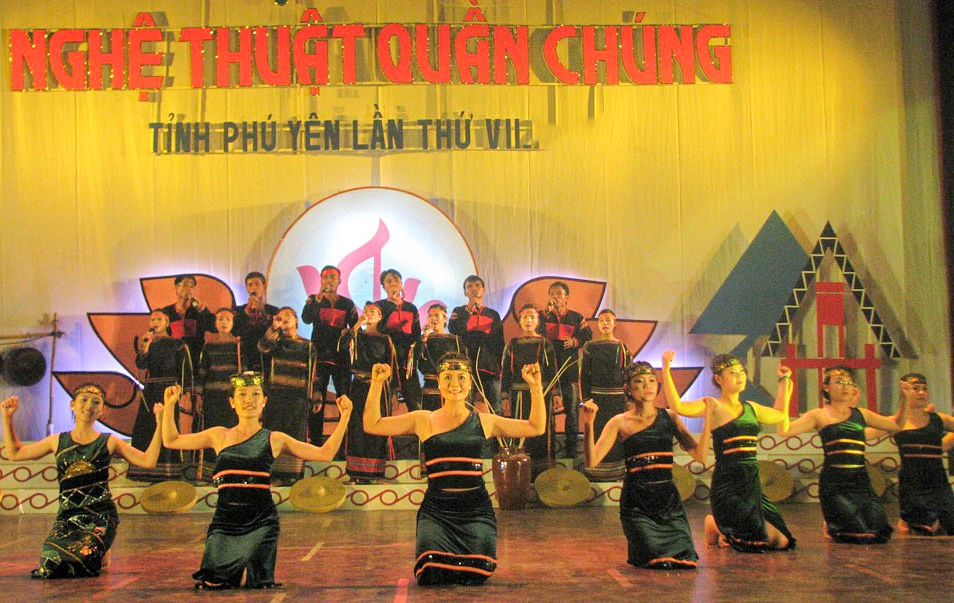 Một tiết mục biểu diễn của Đoàn nghệ thuật quần chúng huyện Sông Hinh tại Hội diễn Nghệ thuật quần chúng tỉnh Phú Yên