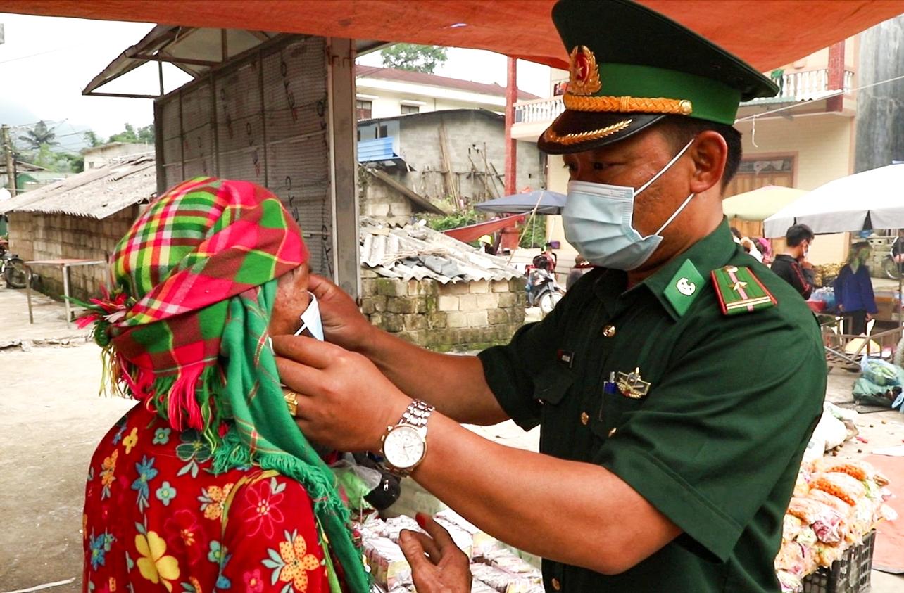 Cán bộ, chiến sỹ Đồn Biên phòng Sơn Vĩ tổ chức tuyên truyền và phát khẩu trang miễn phí cho Nhân dân