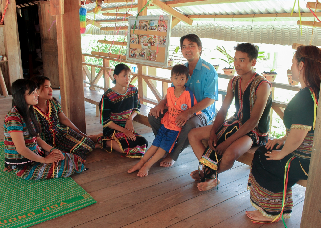Ksor Y Thư (người thứ 4, từ trái sang) trao đổi công việc với thành viên CLB Âm nhạc buôn Ly- Ảnh: Hoàng Hà Thế