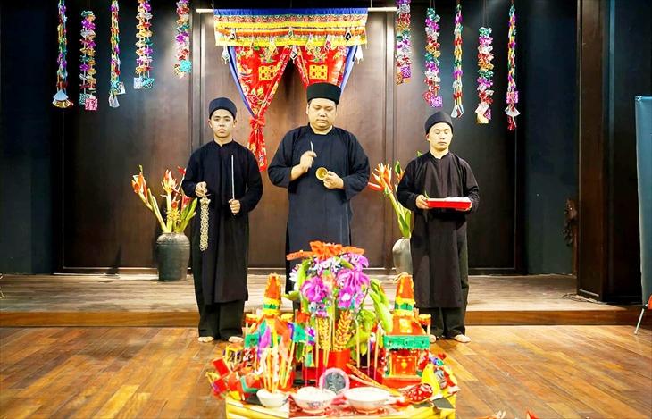 Chủ biên của cuốn sách - Nghệ nhân Nguyễn Văn Bách (đứng giữa) thực hiện nghi lễ trong diễn xướng then. Ảnh: Nhân vật cung cấp