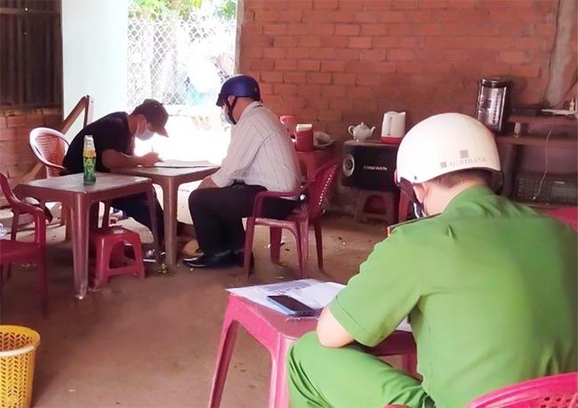Lực lượng chức năng phường Hưng Chiến đến tận nhà người dân để ký cam kết thực hiện nghiêm các quy định phòng, chống dịch