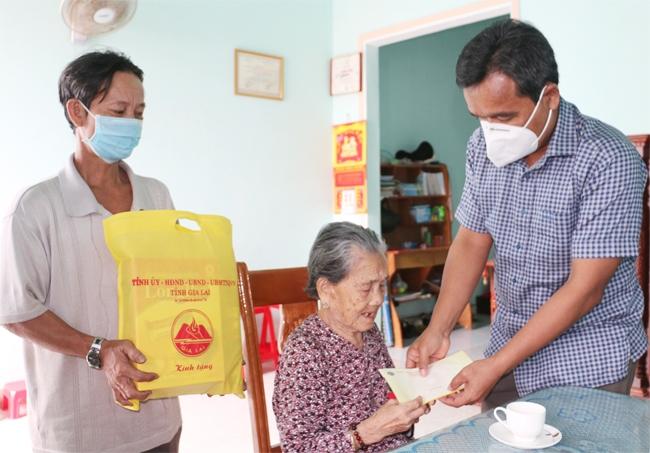 Bí thư Tỉnh ủy Hồ Văn Niên thăm, tặng quà cho Mẹ Việt Nam Anh hùng Lê Thị Diện