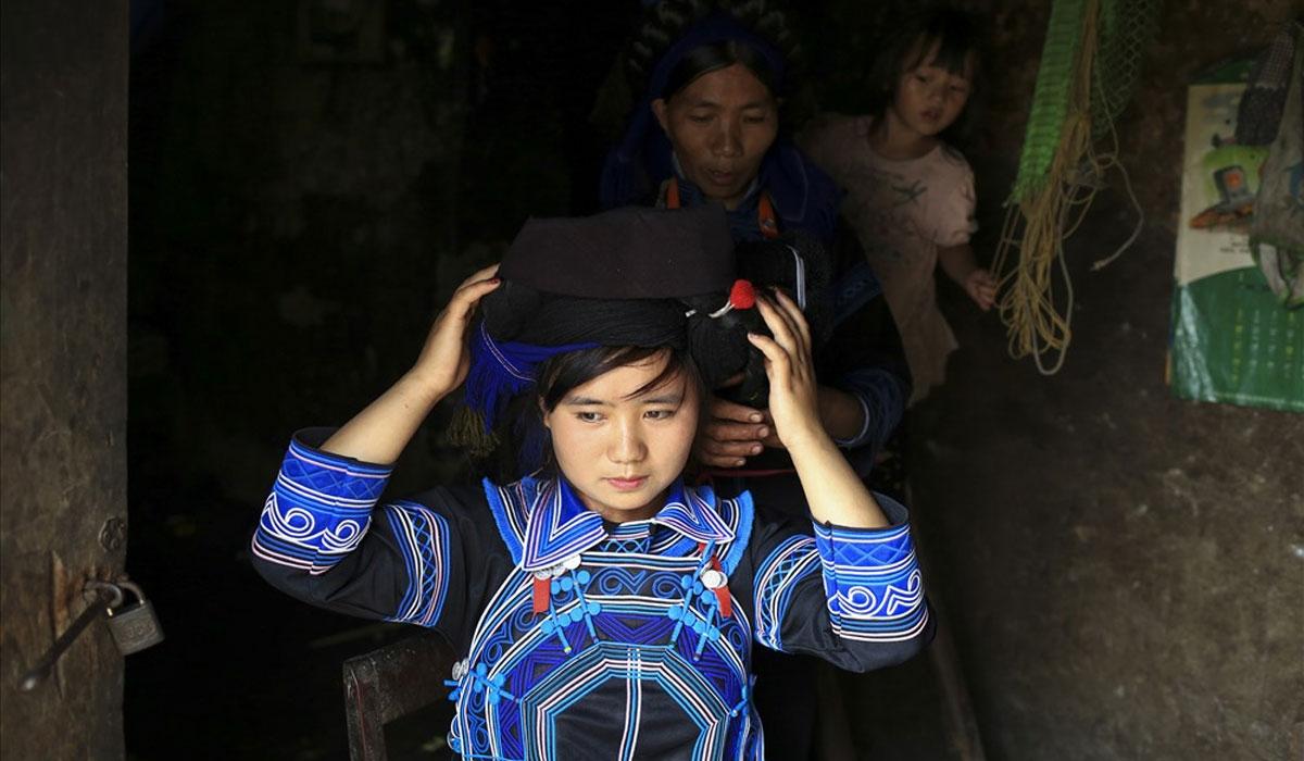 Thiếu nữ Hà Nhì Đen chuẩn bị trang phục để đi dự hội