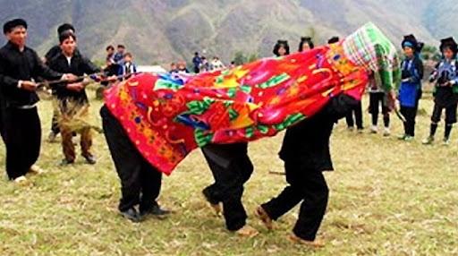 Trùm chăn trong Lễ hội Khô Già già