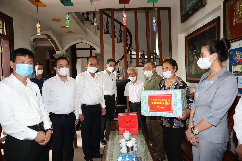 Phó Thủ tướng Thường trực tặng quà gia đình thương binh Nguyễn Hữu Thót. Ảnh: VGP/Lê Sơn