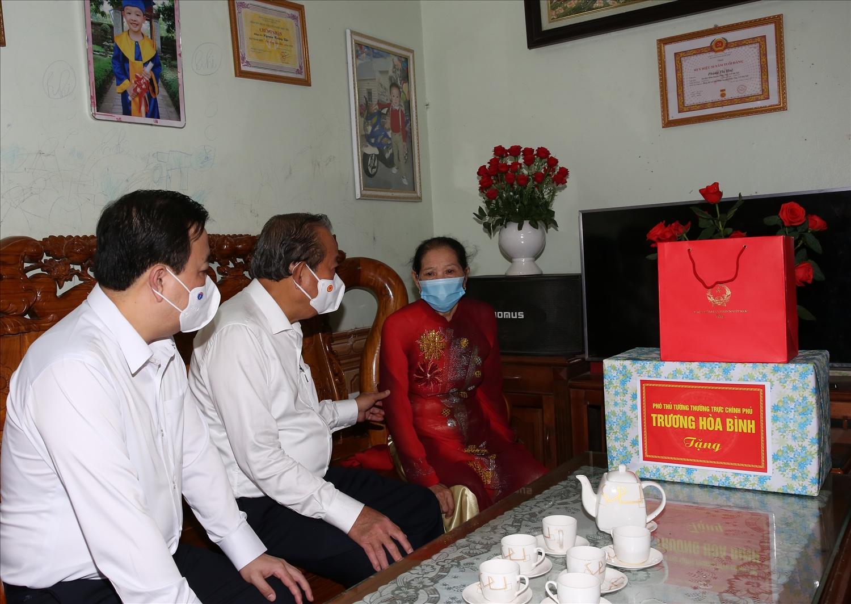 Phó Thủ tướng Thường trực thăm gia đình bà Phùng Thị Huệ. Ảnh: VGP/Lê Sơn