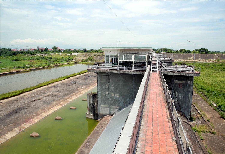 Công trình Đập Đáy được xây dựng từ năm 1937, đã từ lâu (năm 1971) công trình chưa vận hành phân chuyển lũ thực sự - Ảnh VGP/Đức Tuân