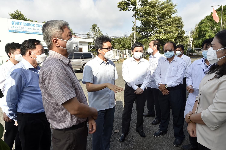 Phó Thủ tướng Vũ Đức Đam thăm Bệnh viện dã chiến điều trị bệnh nhân COVID-19 (xã Hữu Định, huyện Châu Thành), sáng 21/7. Ảnh: VGP/Đình Nam