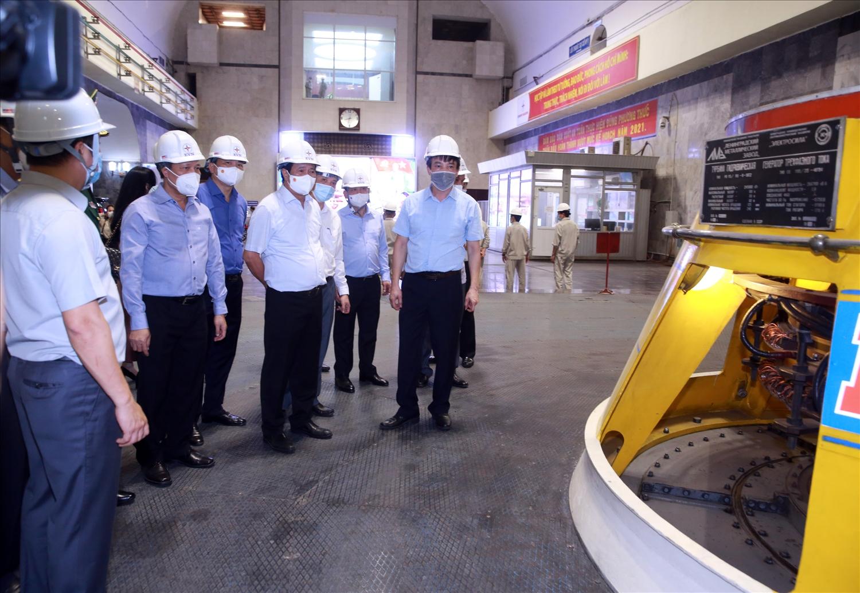 Phó Thủ tướng Lê Văn Thành kiểm tra hoạt động của nhà máy Thủy điện Hòa Bình. Ảnh VGP/Đức Tuân