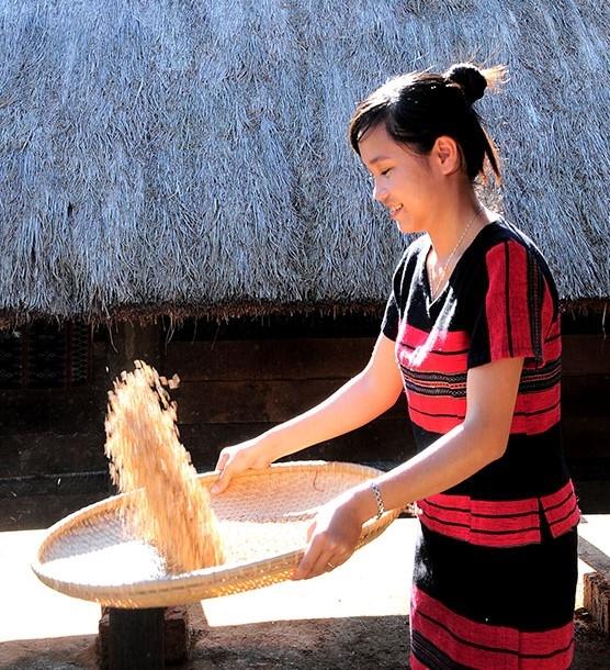 Thiếu nữ Tà Ôi sảy gạo