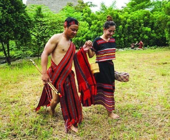 Trang phục của nam nữ người Pa Cô (nhóm địa phương của dân tộc Tà Ôi)