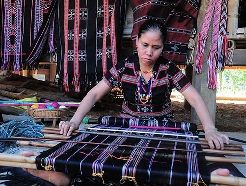 Phụ nữ Tà Ôi tự tay dệt zèng để may trang phục truyền thống