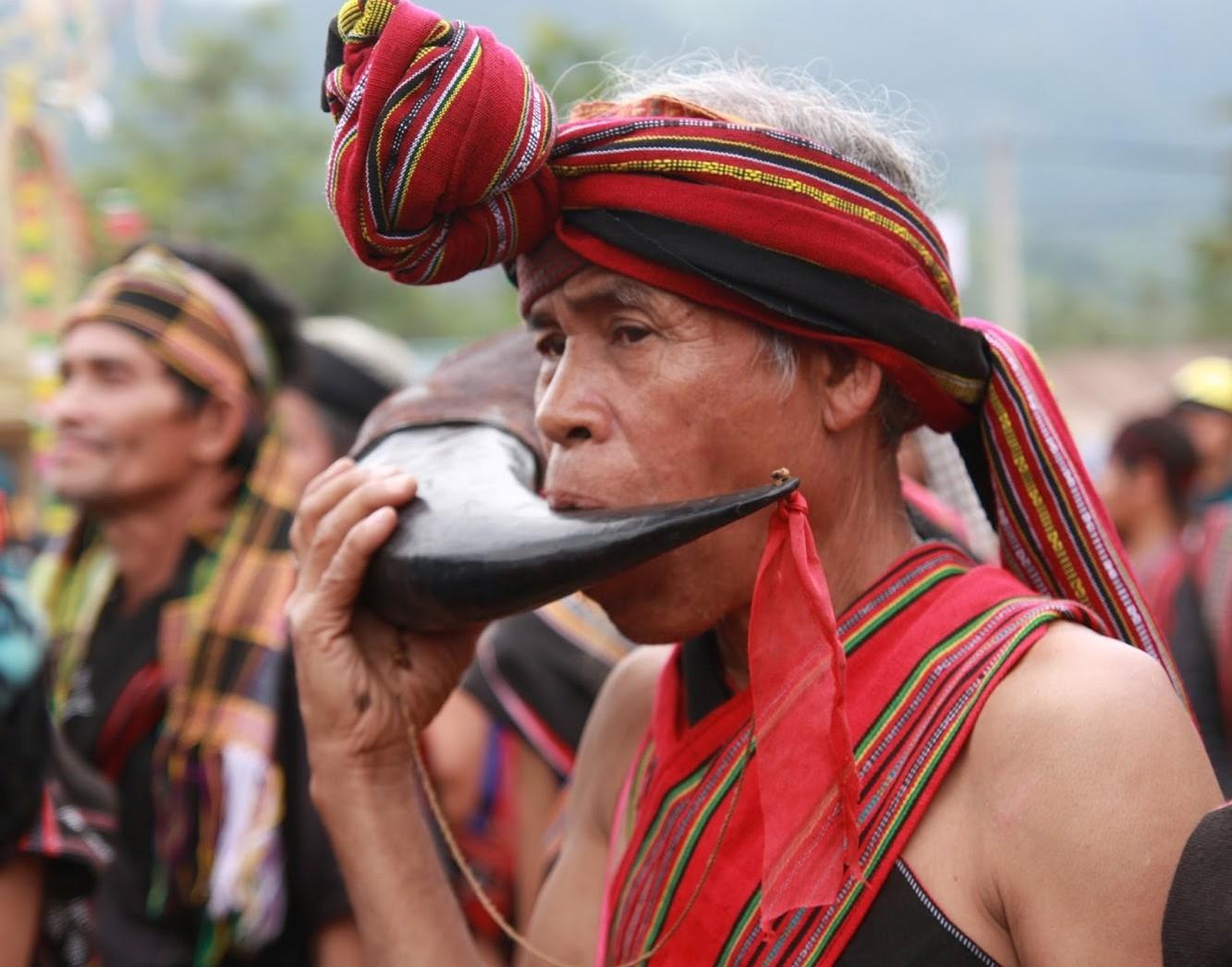 Già làng Tà Ôi thổi tù và trong các nghi lễ văn hóa dân gian