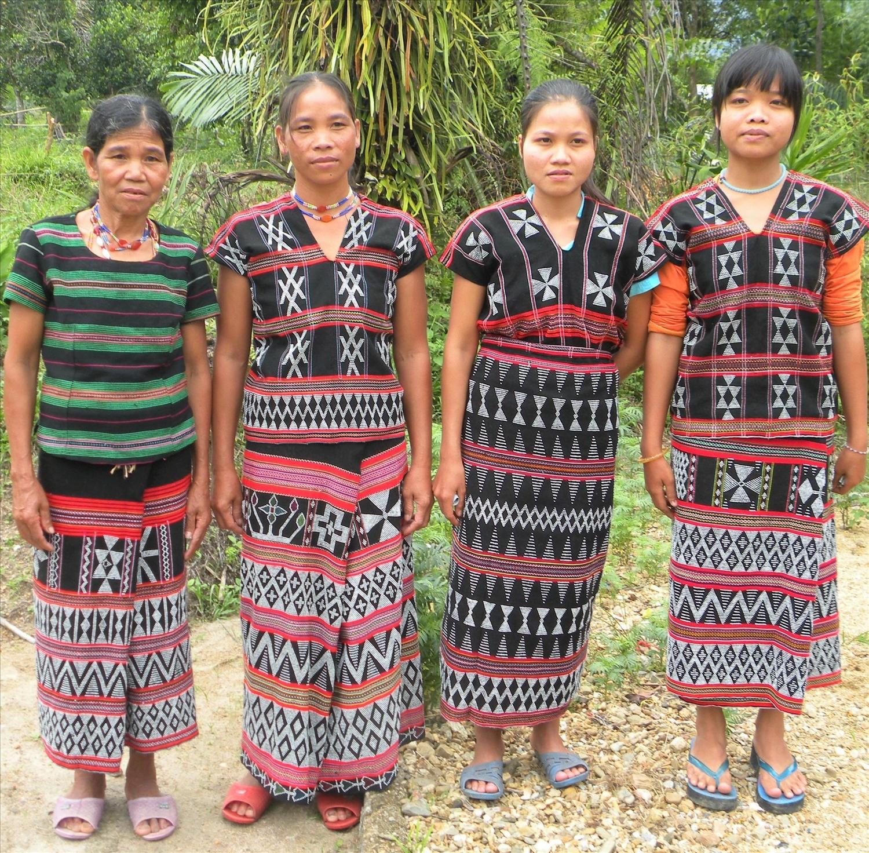 Trang phục truyền thống của người Tà Ôi có màu đen đỏ là chủ đạo