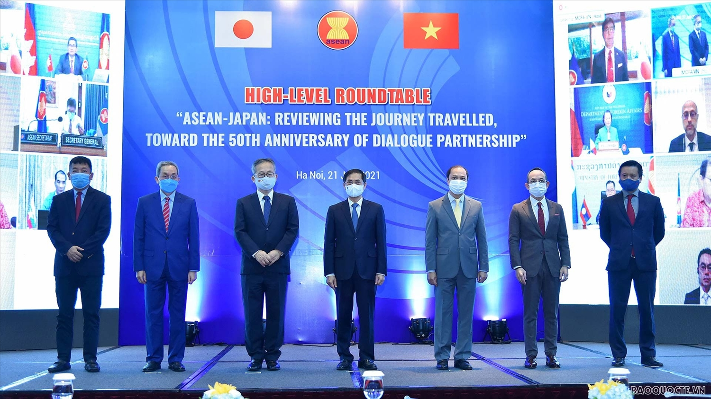 Bộ trưởng Bộ Ngoại giao Bùi Thanh Sơn và các đại biểu dự Tọa đàm 'ASEAN-Nhật Bản: Nhìn lại chặng đường đã qua và hướng tới 50 năm Quan hệ đối tác' tại đầu cầu Hà Nội. (Ảnh: Tuấn Anh)