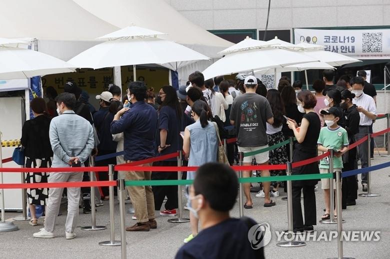 Người dân xếp hàng chờ xét nghiệm COVID-19 tại một khu vực thuộc phía Nam thủ đô Seoul của Hàn Quốc, ngày 20/7. (Ảnh: Yonhap)