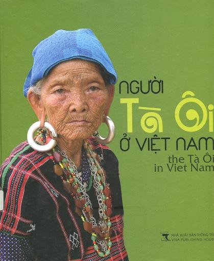 Hình ảnh người phụ nữ Tà Ôi với những đồ trang sức bằng bạc được in trên bìa sách