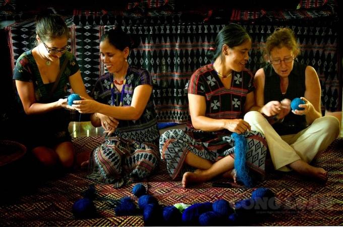 Đồng bào DTTS ở A Lưới giới thiệu nét đẹp văn hóa truyền thống tới khách du lịch