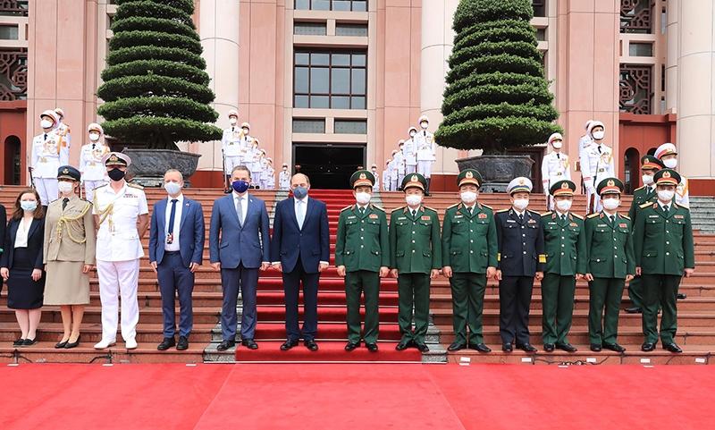 Bộ trưởng Quốc phòng Việt Nam và Bộ trưởng Quốc phòng Liên hiệp Vương quốc Anh và Bắc Ai-len, chụp ảnh cùng các thành viên trong Đoàn đại biểu quân sự cấp cao hai nước. (Ảnh: TRỌNG ĐỨC)
