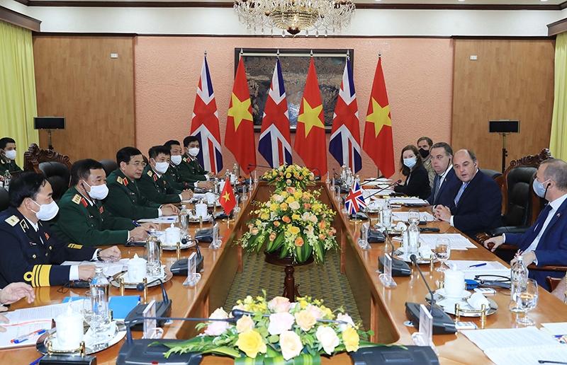 Bộ trưởng Quốc phòng Phan Văn Giang và Ngài Robert Ben Lobban Wallace, Bộ trưởng Quốc phòng Liên hiệp Vương quốc Anh và Bắc Ai-len, tiến hành hội đàm. (Ảnh: TRỌNG ĐỨC)