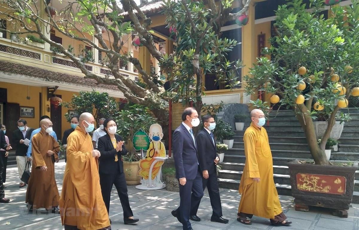 Đoàn đại biểu ngoại giao và Hội đồng Trị sự Giáo hội Phật giáo Việt Nam tại Chùa Quán Sứ. (Ảnh minh họa: Minh Thu/Vietnam+)