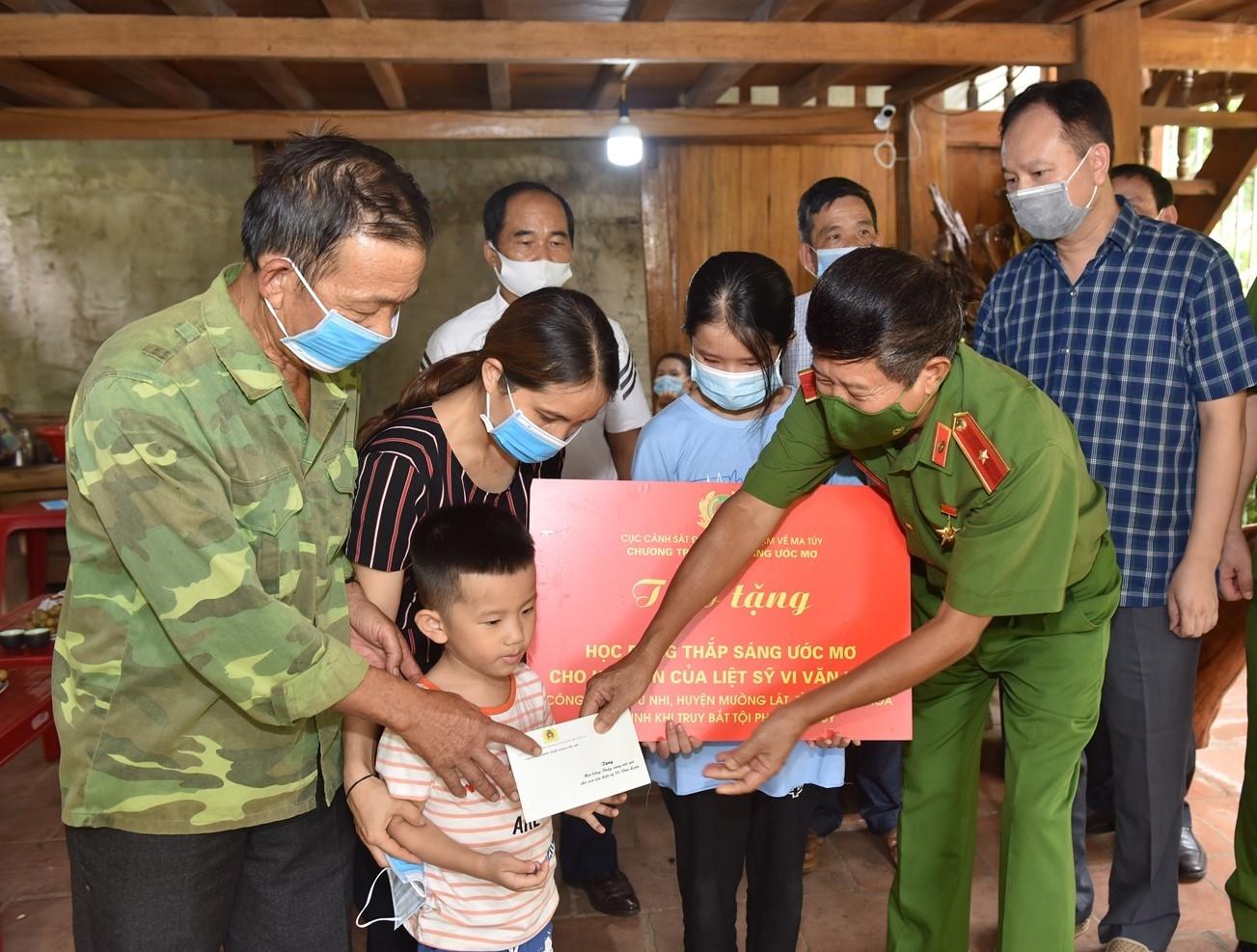 """Đoàn công tác trao tặng học bổng """"Thắp sáng ước mơ"""" cho 2 con của liệt sỹ Vi Văn Luân"""