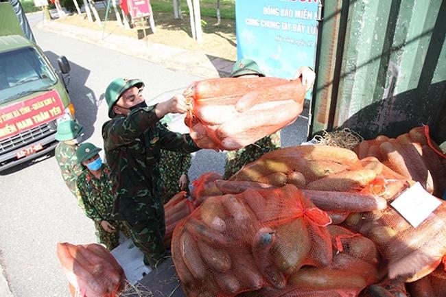 Những ngày qua, các địa phương, đơn vị và Nhân dân Hà Tĩnh đã quyên góp hàng trăm tấn nông sản, nhu yếu phẩm gửi vào miền Nam hỗ trợ chống dịch Covid-19