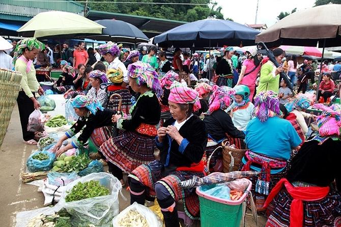 Ngoài 2 ngày chính họp vào sáng thứ 5 và Chủ nhật hàng tuần, từ tháng 12/2019 chợ đêm San Thàng chính thức đi vào hoạt động, tạo một sản phẩm du lịch hấp dẫn mới