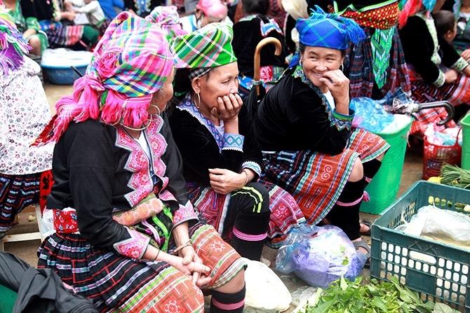 Đồng bào các dân tộc đi Chợ phiên San Thàng không chỉ để mua bán, trao đổi hàng hóa mà còn để gặp gỡ, trò chuyện sau những ngày lao động vất vả