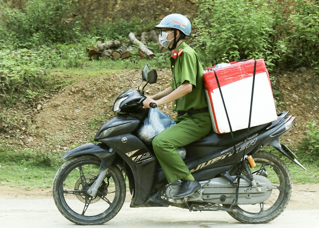 Ngoài các công việc chuyên môn, các chiến sĩ công an còn tham gia các nhiệm vụ khác khi có yêu cầu. Trong đó có việc đi vận chuyển gạo và các nhu yếu phẩm phát cho người dân vùng tâm dịch.