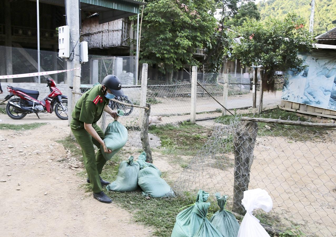 Gạo và các nhu yếu phẩm được mang đến tận từng nhà các hộ dân