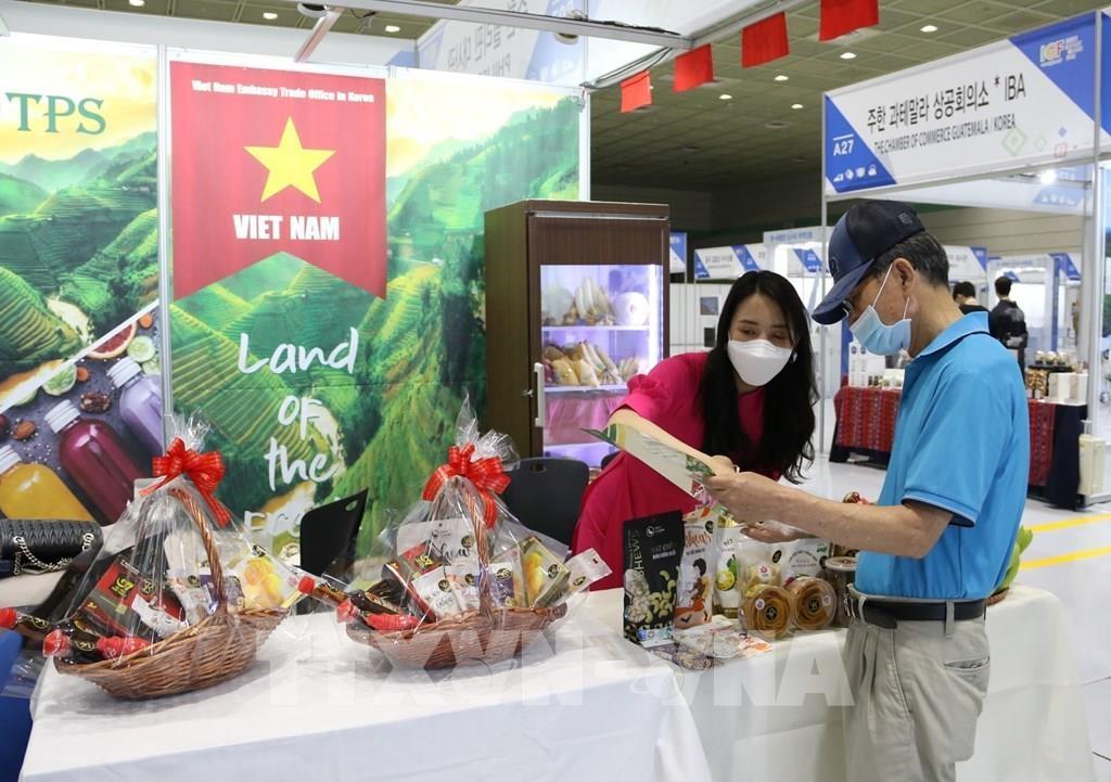 Đại diện Công ty TPS Good Farmers giới thiệu hàng nông sản Việt Nam cho người dân Hàn Quốc. Ảnh: Mạnh Hùng/TTXVN