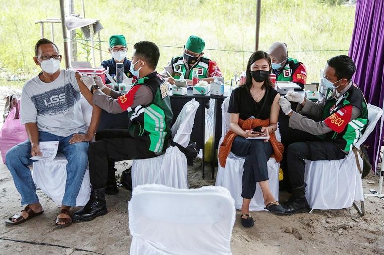 Tiêm vaccine ngừa COVID-19 cho người dân ở Palangkaraya, Central Kalimantan, Indonesia. (Ảnh: The Jakarta Post)