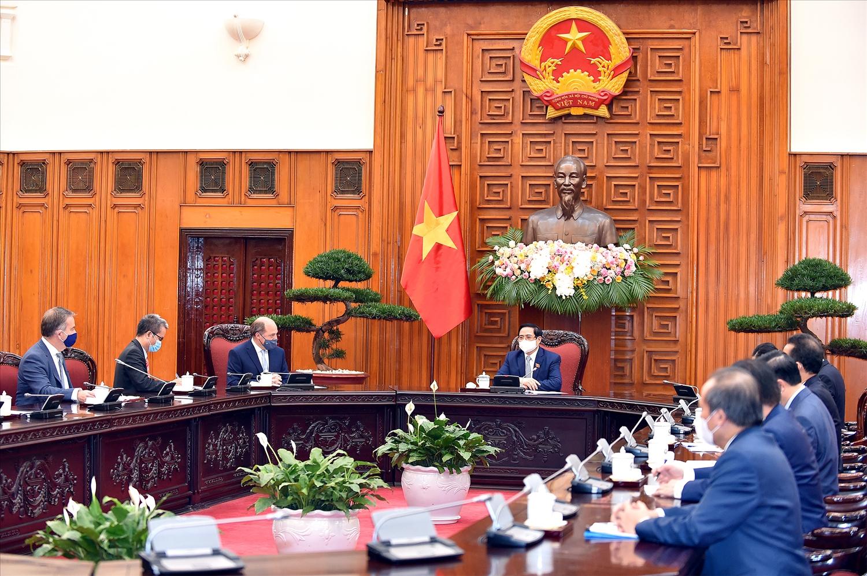 Thủ tướng Phạm Minh Chính đề nghị Chính phủ Anh tiếp tục hỗ trợ giúp đỡ cung cấp vaccine cho Việt Nam, sớm chuyển giao công nghệ sản xuất vaccine ngừa COVID-19. - Ảnh: VGP/Nhật Bắc