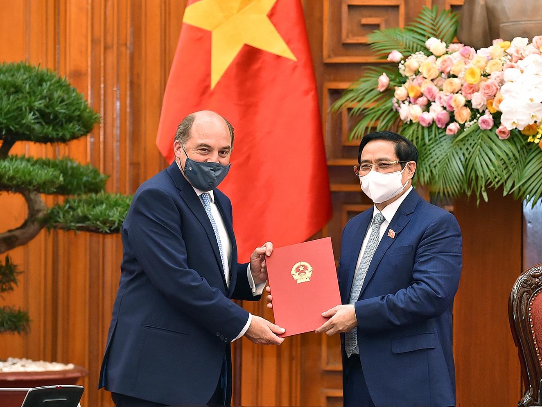 Thủ tướng Phạm Minh Chính gửi thư cảm ơn Chính phủ Anh và Thủ tướng Boris Johnson đã chung tay hỗ trợ Việt Nam phòng, chống dịch COVID-19. Ảnh: VGP/Nhật Bắc