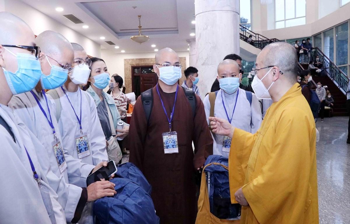 Thượng tọa Thích Nhật Từ, Phó Viện trưởng Thường trực Học viện Phật học Việt Nam tại Thành phố Hồ Chí Minh, Trưởng nhóm điều phối tình nguyện Phật giáo dặn dò các tình nguyện viên Phật giáo trước lúc lên đường. (Ảnh: Xuân Khu/TTXVN)