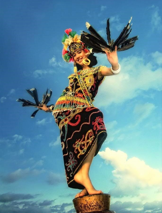 Người Dayak tôn thờ hình tượng rồng và chim thần, hai linh vật trong truyền thuyết về sự ra đời của dân tộc Dayak.