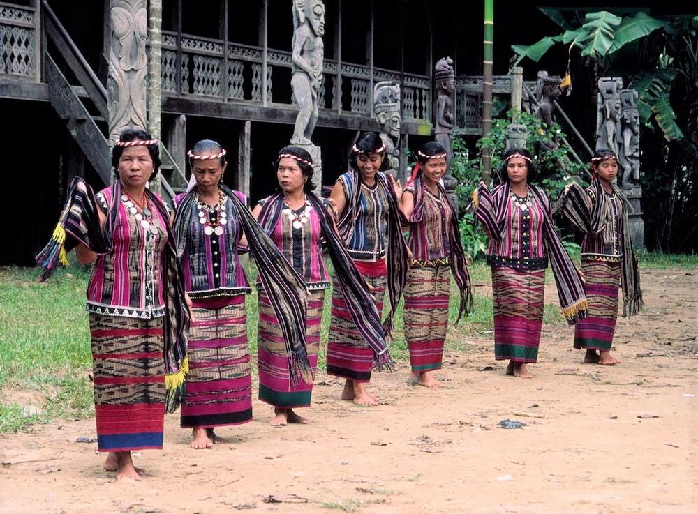 Phụ nữ Dayak ở Đảo Borneo biểu diễn dân ca, dân vũ