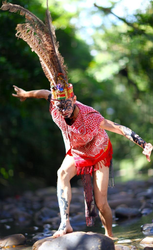 Người Dayak với chiếc mũ lông chim