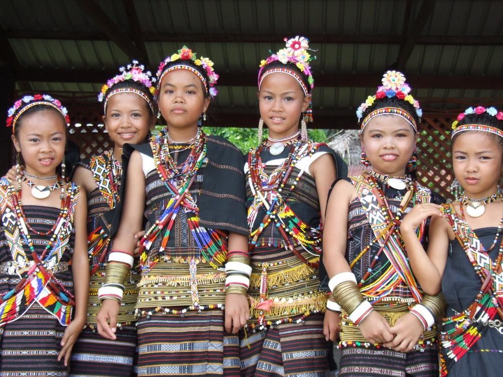 Trang phục của người Dayka là những bộ váy làm từ thổ cẩm, được trang hoàng bằng những hoa văn rực rỡ