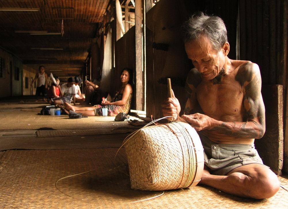 Người Dayak cũng có nghề thủ công đan lát