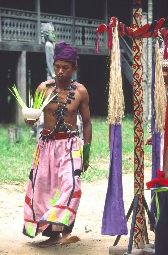 Người Dayak cũng có tục dựng cây nêu như người Việt cổ