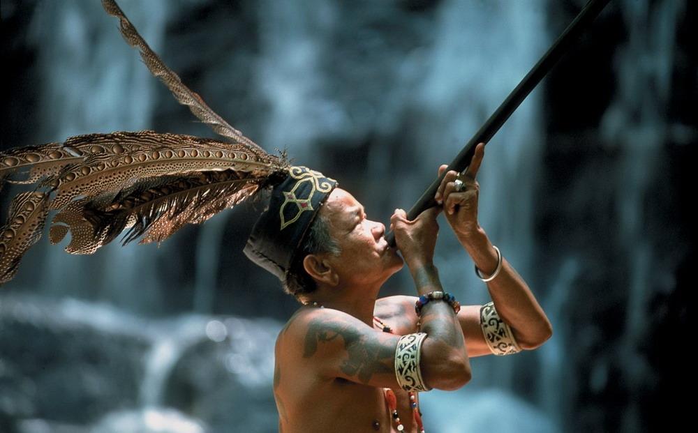 Người Dayak quan niệm, hình xăm thể hiện mối liên hệ với các linh hồn, thần linh hoặc tổ tiên và nhằm xua đuổi bệnh tật, tai họa,