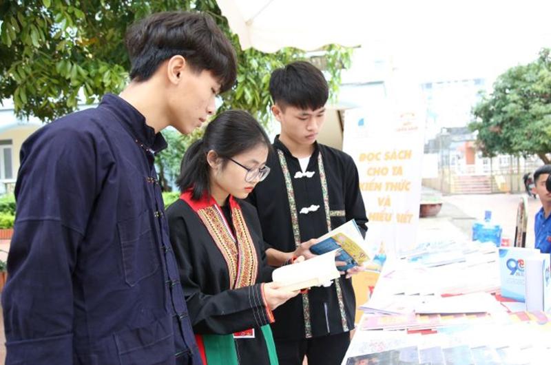 Đọc sách nâng cao kiến thức là hoạt động đang được nhiều bạn trẻ quan tâm