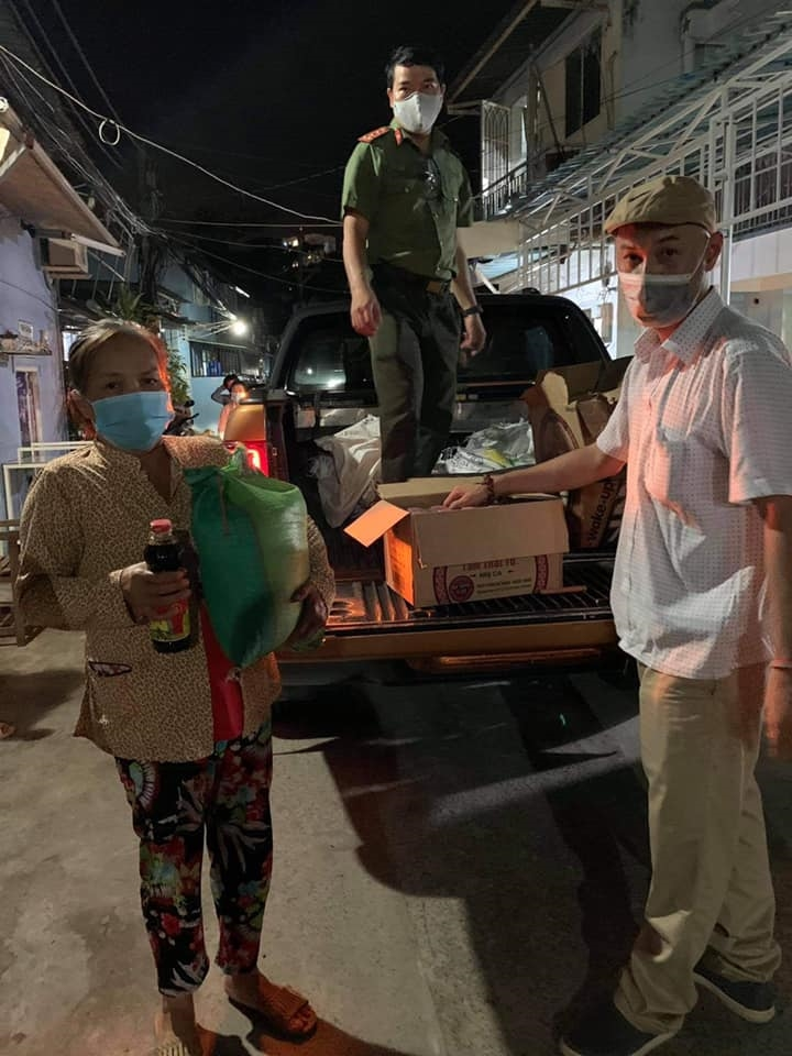 Những nơi đoàn tình nguyện của Thủy Tiên không vào được, nữ ca sĩ đã nhờ lực lượng chức năng đem các phần quà đến cho người dân