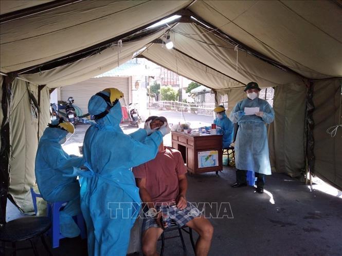 Lấy mẫu xét nghiệm sàng lọc ca mắc SARS-CoV-2. Ảnh: TTXVN