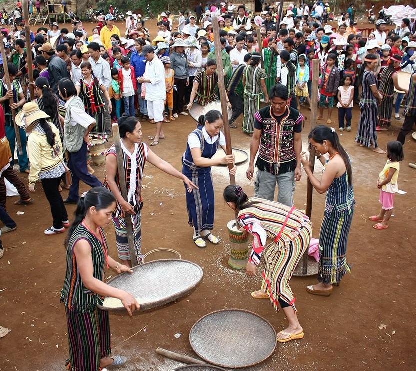 Nghi thức giã gạo mừng được một ngàn gùi lúa diễn ra ngay sau lễ đâm trâu